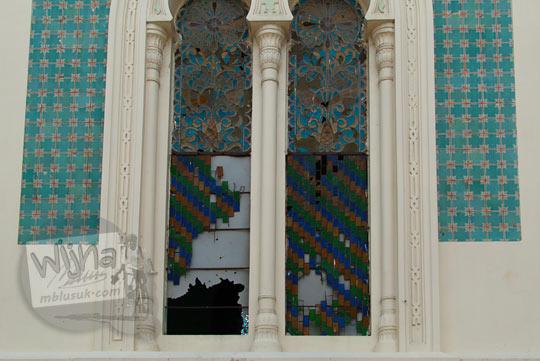 Kaca patri yang pecah di Masjid Raya Al-Mahsun di Kota Medan