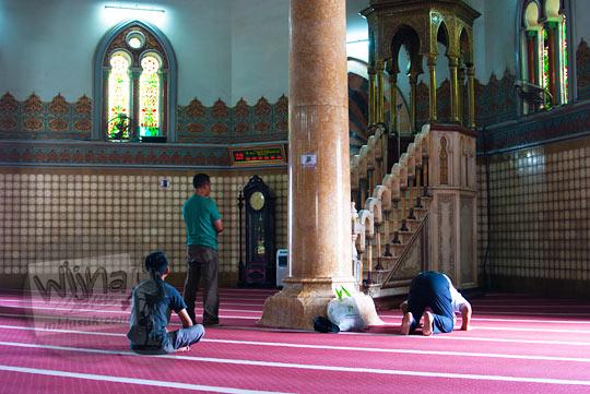 Warga muslim menunaikan salat di Masjid Raya Al-Mahsun di Medan