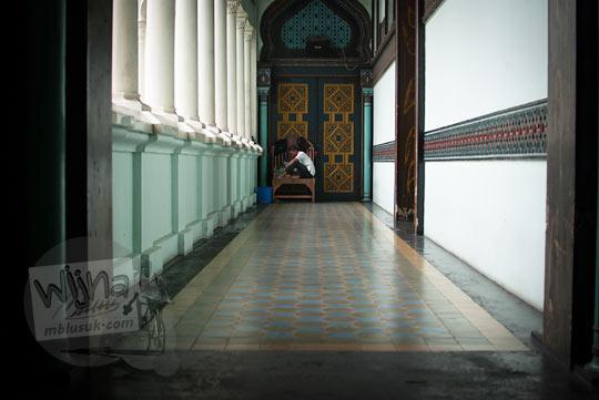 Lorong sepi dan senyap Masjid Raya Al-Mahsun dimanfaatkan sebagai tempat bersantai para takmir masjid