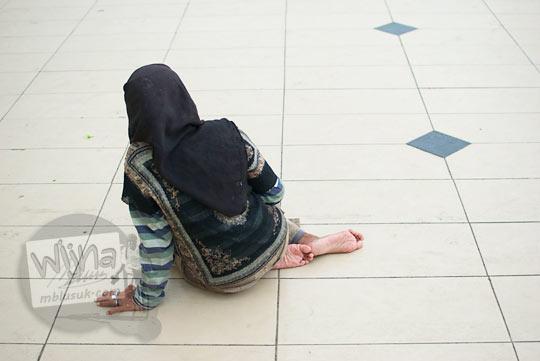 Peminta-minta wanita berjilbab yang beroperasi di area Masjid Raya Al-Mahsun, Medan