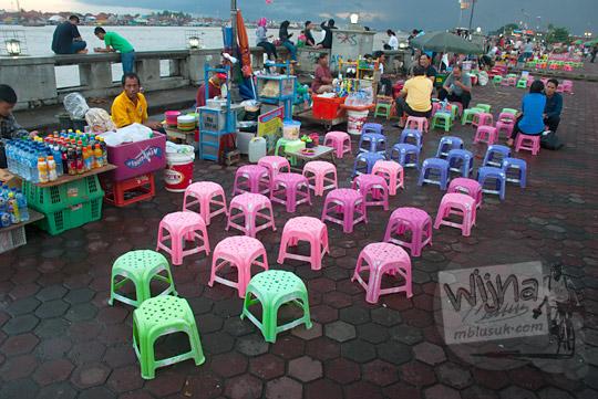 bangku warna-warni milik penjual mie dok-dok di kawasan Plaza Kuto Basak dekat Tepian Sungai Musi Palembang pada tahun 2015