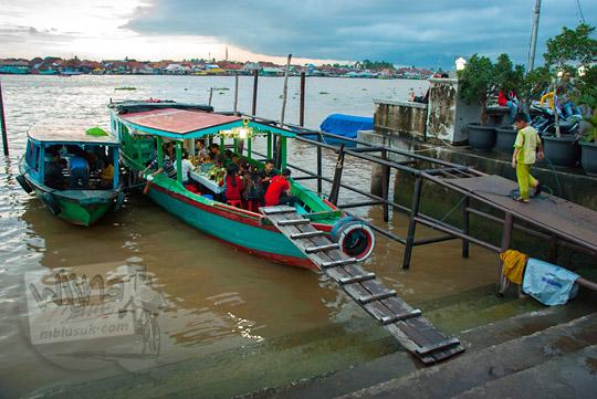 restoran warung makan perahu terapung di kawasan Plaza Kuto Basak dekat Tepian Sungai Musi Palembang pada tahun 2015