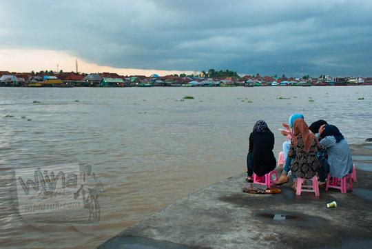 cewek Palembang sedang duduk nongkrong bareng teman-temannya sambil makan mie dok-dok di kawasan Plaza Kuto Basak dekat Tepian Sungai Musi Palembang pada tahun 2015