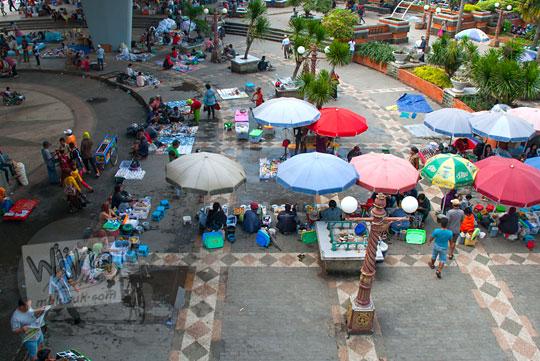 Suasana pasar tumpah di bawah Jembatan Ampera di Kota Palembang Sumatra Selatan
