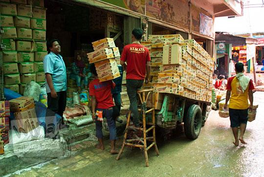 Aktivitas perdagangan bongkar muat kardus mie instan di Pasar 16 Ilir dekat Sungai Musi Palembang Sumatra Selatan