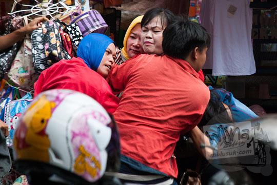 Ibu-ibu pedagang pasar 16 Ilir di Kota palembang, Sumatra Selatan sedang berkelahi karena persaingan yang keras antar sesama pedagang yang licik