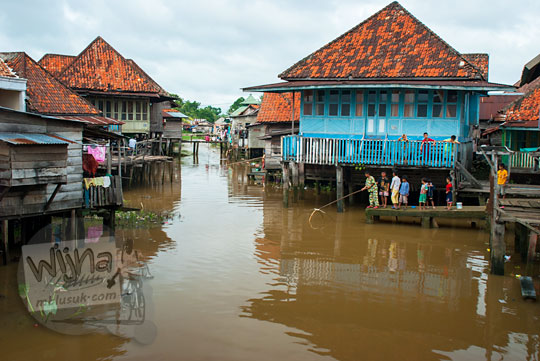 Perkampungan warga yang hidup di rumah panggung yang ada di Tepi Sungai Musi Palembang Sumatra Selatan