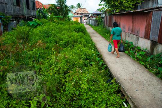 Jalan layang di atas rawa-rawa yang ada di pemukiman warga yang tinggal di Tepi Sungai Musi Palembang Sumatra Selatan