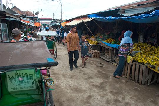Aktivitas jual beli perdagangan di Pasar Tangga Buntung di Palembang, Sumatra Selatan