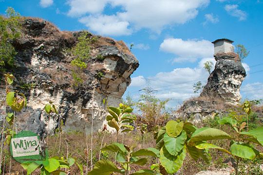 Dua bukit tinggi yang memisahkan Omah Dhemit di Jimbung, Klaten dari jangkauan manusia
