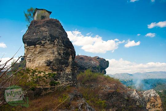 Pemandangan eksotis Rawa Jombor dan sekitarnya dari puncak bukit tebing tempat Rumah Dhemit Klaten berada