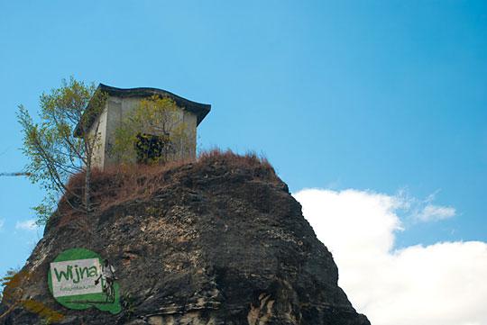 Sejarah dan asal-usul penamaan rumah kecil tua yang disebut Rumah Dhemit atau Omah Dhemit oleh warga Desa Jimbung, Klaten, Jawa Tengah