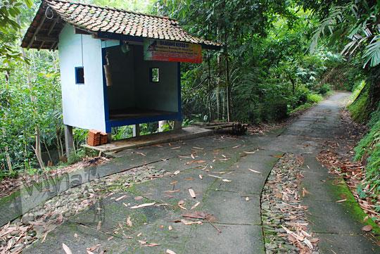 Pos ronda dekat sungai Kedung Gulo di Desa Kalitapas, Kecamatan Bener, Kabupaten Purworejo, Jawa Tengah