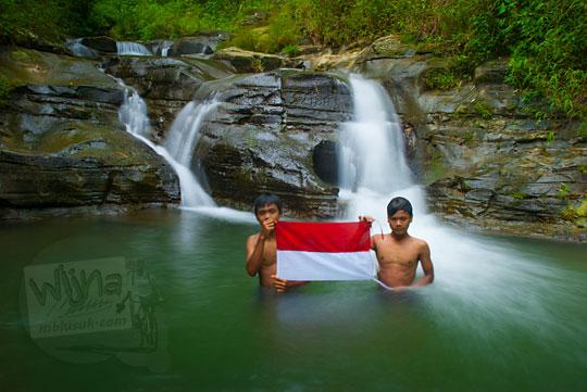 Mengibarkan bendera merah putih di Sungai Kedung Gulo di Desa Kalitapas, Kecamatan Bener, Kabupaten Purworejo, Jawa Tengah