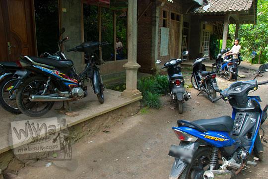 Tempat parkir sepeda motor pengunjung di kawasan wisata Sungai Kedung Gulo di Desa Kalitapas, Kecamatan Bener, Kabupaten Purworejo, Jawa Tengah