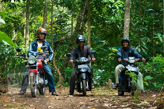 Tiga ksatria bersepeda motor singgah ke Curug Sedayu (Klanceng Putih)