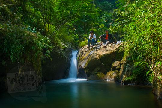 Tim pemburu air terjun berpose di air terjun curug kecil indah di Sedayu, Purworejo