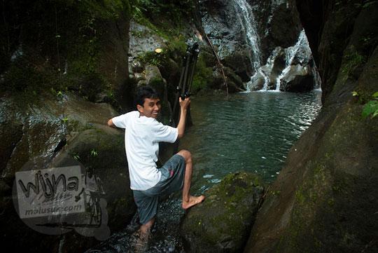 Muhammad Angki Prasetyo Nugroho berkaos putih bertualang ke air terjun Curug Klanceng Putih, Sedayu, Purworejo