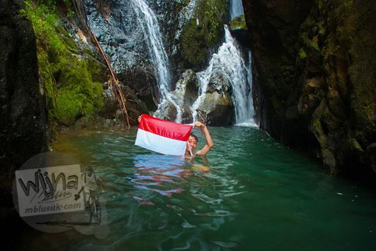 Muhammad Angki Prasetyo Nugroho berfoto di kolam air terjun Curug Klanceng Putih, Sedayu, Purworejo