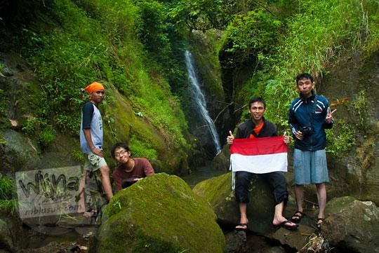 Tim pemburu air terjun berpose dengan latar Curug Sedayu (Klanceng Putih)