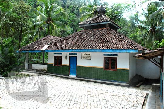 Masjid Nurulyaqin di Kaligesing, Purworejo yang menjadi patokan arah ke Taman Wisata Kedung Sidandang