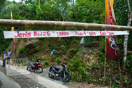Tarif retribusi kendaraan pengunjung di Taman Wisata Kedung Sidandang, Kaligesing, Purworejo