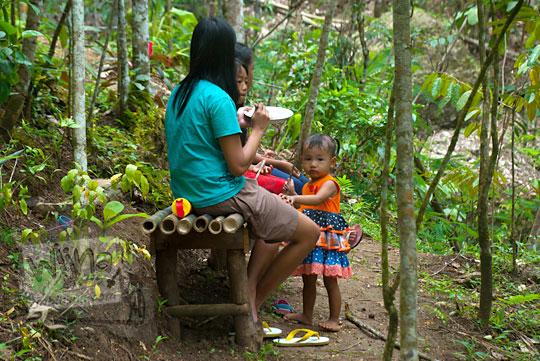 Hiburan bagi warga di pelosok desa di Purworejo, Jawa Tengah adalah mengunjungi objek wisata lokal seperti Taman Wisata Kedung Sidandang di Kaligesing