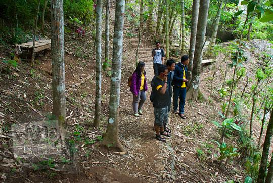Medan jalan setapak dan petualangan membelah hutan Menoreh di kawasan Taman Wisata Kedung Sidandang, Kaligesing, Purworejo