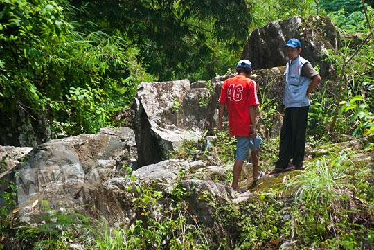 Pengelola Taman Wisata Kedung Sidandang bernama Wanto dan Sarwoko berdialog bersama mahasiswa KKN terkait penanganan objek wisata Kedung Sidandang