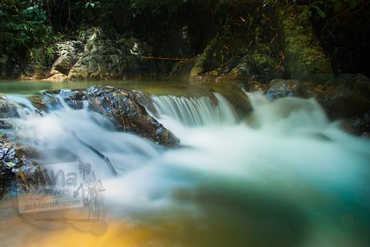 Foto gambar indah sungai alami yang membentang di Taman Wisata Kedung Sidandang di Kaligesing, Purworejo, Jawa Tengah