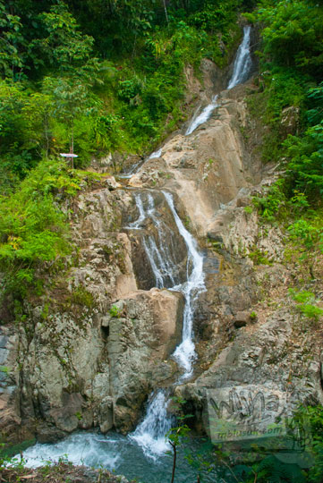 Foto gambar indah Air Terjun Unik bernama Curug Walangan yang menjadi Primadona Taman Wisata Kedung Sidandang di Kaligesing, Purworejo, Jawa Tengah