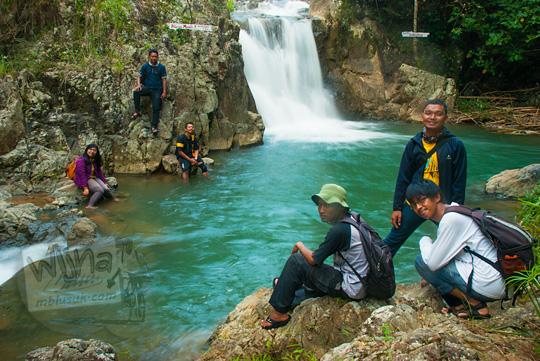 Wisatawan lokal dan mancanegara asyik bermain air di sungai yang ada di Taman Wisata Kedung Sidandang yang ada di Kaligesing, Purworejo, Jawa Tengah