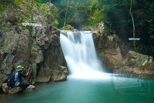 Foto gambar indah dari Air Terjun Kedung Sidandang yang menjadi Primadona Taman Wisata Kedung Sidandang di Kaligesing, Purworejo, Jawa Tengah