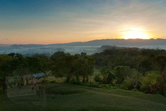 Suasana sunrise matahari terbit dengan bukit patuk di puncak Candi Abang Jogotirto Berbah Sleman pada zaman dahulu Mei 2012