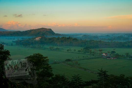 Suasana persawasahan saat pagi hari menjelang matahari terbit dari puncak Candi Abang Jogotirto Berbah Sleman pada zaman dahulu Mei 2012