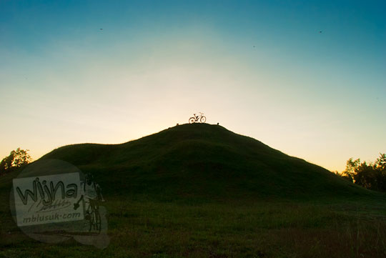 Foto siluet sepeda di puncak Candi Abang Jogotirto Berbah Sleman pada zaman dahulu Mei 2012