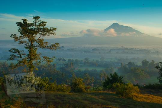 Foto pemandangan indah Gunung Merapi dilihat dari sisi utara puncak Candi Abang Jogotirto Berbah Sleman pada zaman dahulu Mei 2012