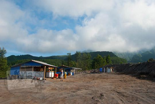 foto warung makan jajan di lokasi wisata kaliadem lereng gunung merapi pada zaman dulu september 2013