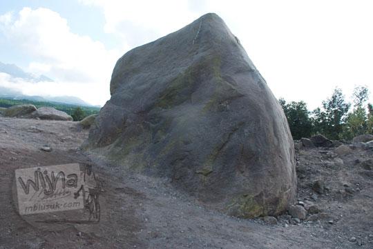 foto batu yang menyerupai wajah alien di lereng merapi pada zaman dulu september 2013