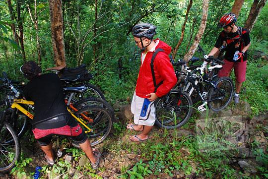 mengunci sepeda di pohon dalam hutan curug kembar Prambanan di desa Wisata wukirharjo, Yogyakarta