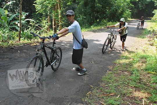 Jalur tanjakan dari curug kembar Prambanan di desa wisata Wukirharjo menuju Candi Ijo