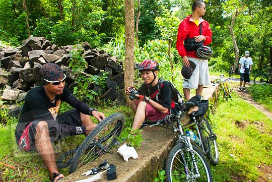 mengganti ban sepeda yang bocor selepas berkunjung dari Candi Ijo