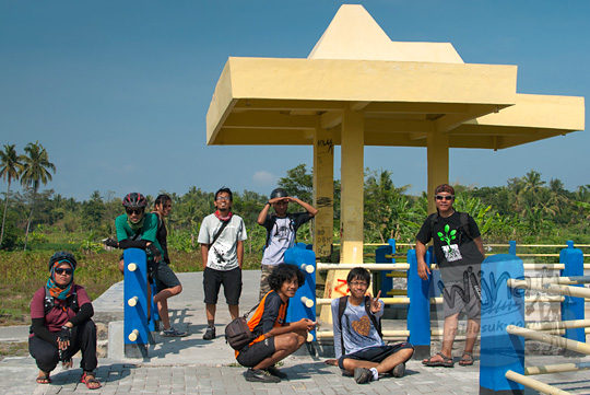 para pesepeda berfoto bersama di Embung Bimomartani dalam perjalanan menuju Mata Air Bebeng di Glagaharjo, Cangkringan, Sleman