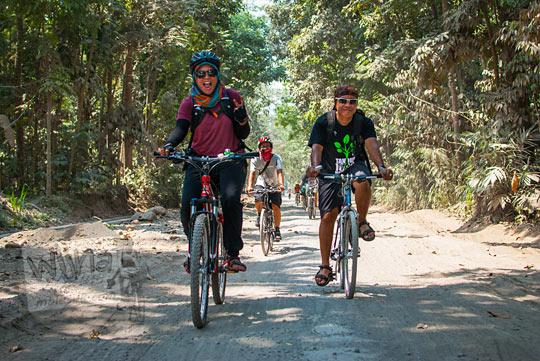 pengalaman bersepeda di jalan berpasir cangkringan yang menjadi jalur truk-truk pasir Merapi