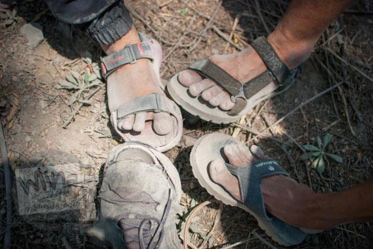 kaki para pesepeda berwarna abu-abu karena kotor terkena pasir saat bersepeda di cangkringan sleman yogyakarta