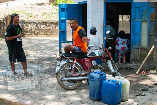 para pesepeda singgah di mata air Jetis Sumur, Cangkringan dan mendengarkan cerita asal-usulnya dari warga setempat