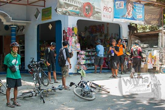 para pesepeda beristirahat di warung di wilayah Kemalang pada perjalanan menuju Mata Air Bebeng di Glagaharjo