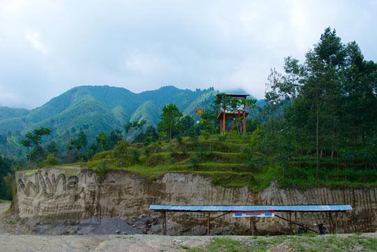 suasana lapangan parkir bukit Glagaharjo, Cangkringan, Sleman yang biasa disebut sebagai Klangon oleh para pesepeda downhill