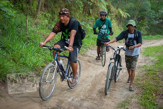 Bersepeda masuk hutan dari bukit Klangon Glagaharjo Cangkringan untuk mencari Mata Air Bebeng