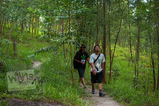Berjalan kaki masuk hutan mencari Mata Air Bebeng di Glagaharjo